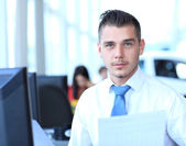 Szczęśliwy biznesmen siedzi i pracy w biurze — Zdjęcie stockowe