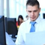 empresario feliz sentado y trabajando en la oficina — Foto de Stock   #31583671