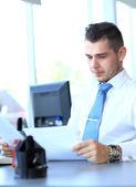 Felice imprenditore seduto e lavorando in ufficio — Foto Stock