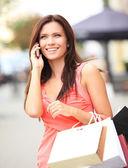 Kobieta przy użyciu telefonu — Zdjęcie stockowe