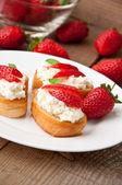 Tostada de queso crema con una rodajas de fresa — Foto de Stock
