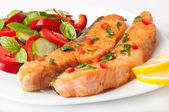 рыбное блюдо - лосось на гриле с овощами — Стоковое фото