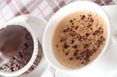 Muffin al cioccolato e tazza di caffè sul tavolo — Foto Stock