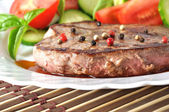 Closeup of grilled beef steak with fresh vegetables — Stock Photo