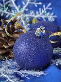 Bolas de Navidad azul sobre un fondo azul — Foto de Stock