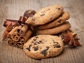 Chocolate chip cookies and cinnamon sticks — Stock Photo