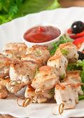 Salata ile tavuk şiş — Stok fotoğraf