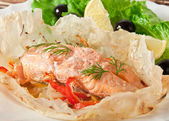 Baked salmon with vegetables in an envelope — 图库照片