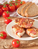 Rissóis de frango grelhado envolto de tiras de bacon — Fotografia Stock