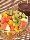 Taze meyve salatası ve sıcak çikolata — Stok fotoğraf