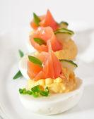 Ovos recheados com salmão — Fotografia Stock
