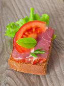 Sandwich with tomato and smoked bacon — Stock Photo