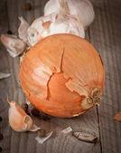 Zwiebeln auf einem hölzernen hintergrund — Stockfoto