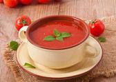Zuppa di pomodoro tradizionale dieta fresco caldo con basilico — Foto Stock