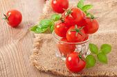 Cherry tomaten in een kom met basilicum — Stockfoto