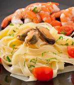 エビ、ムール貝とトマトのパスタ — ストック写真