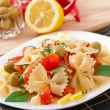 Spanish salad with pasta bows, tomatoes and chicken - Stockfoto
