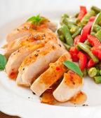 Hühnerbrust mit gemüse und sauce mit basilikum dekoriert — Stockfoto