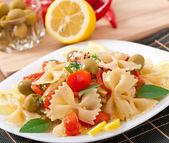Spanish salad with pasta bows, tomatoes and chicken — Stock Photo