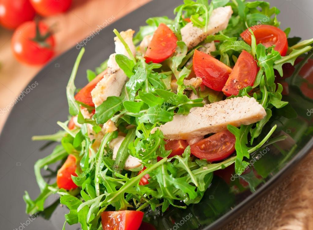 Салат из рукколы и куриного филе