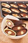 шоколадные конфеты с орехами — Стоковое фото