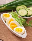 Beyaz tabak haşlanmış yumurta — Stok fotoğraf