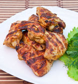 Kycklingvingar med sallad — Stockfoto