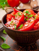 Tomato salad with basil, black pepper and garlic — Stock Photo