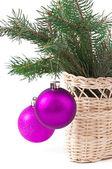 Bola de navidad y rama verde abeto, fondo blanco aislado — Foto de Stock