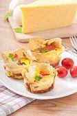 Omeletu v pita chléb s rajčaty, slaninou a žampiony — Stock fotografie