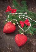 Vánoční ozdoby a jedle větve na staré dřevěné pozadí — Stock fotografie