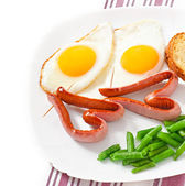 Fried eggs with sausage and green beans — Stockfoto