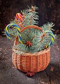 Рождественские украшения и еловые ветки в корзину на старый деревянный фон — Стоковое фото