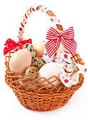 Velikonoční vajíčka a košík, samostatný — Stock fotografie