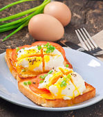Poached eggs on toast with tomato and pepper — Stock Photo