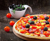 Pizza with vegetables, chicken, ham and olives — Stock Photo