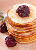 Delicious pancakes with currant jam — 图库照片