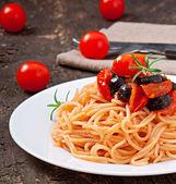 スパゲッティバジルとトマトとオリーブ — ストック写真