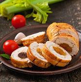 Rolo de frango com ameixas e damascos secos — Fotografia Stock