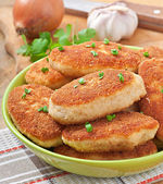 Chicken cutlets in a green bowl — Stock Photo
