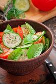 Tomat, gurka, sallad med svartpeppar och basilika — Stockfoto