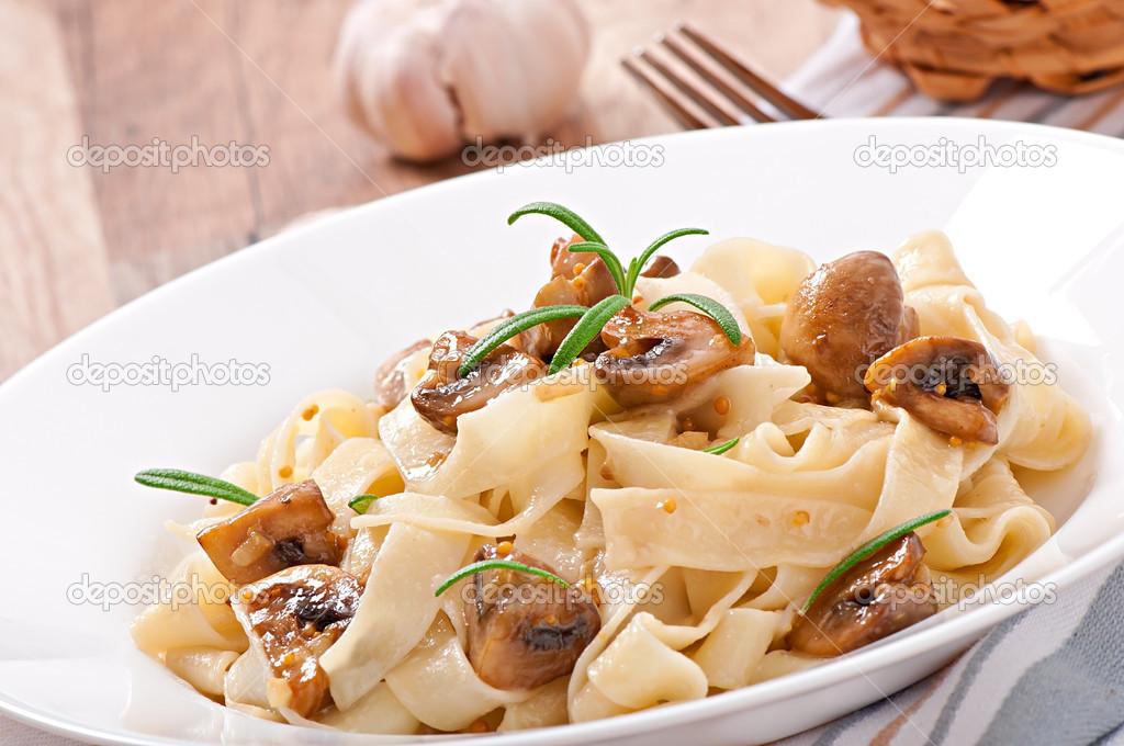 plato vegetariano con tagliatelle y setas � Foto stock � timolina ...