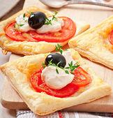 Mini soplos con tomate, queso y aceitunas — Foto de Stock
