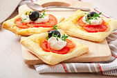 Mini puffs with tomatoes, cheese and olives — Stock Photo