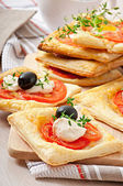 Mini puffs with tomatoes, cheese and olives — Stockfoto