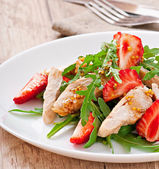 Chicken salad with arugula and strawberries — Stock Photo