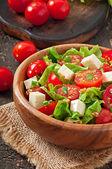 Salada de tomate com alface, queijo e mostarda e molho de alho — Fotografia Stock