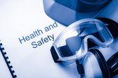 Wpisywać do rejestru rezygnować okulary, słuchawki i kask — Zdjęcie stockowe