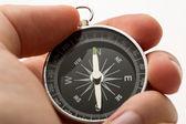 Ręka trzyma srebrny kompas czarny — Zdjęcie stockowe