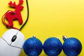 コンピューターのマウスを使って新しい年ツリーの飾り — ストック写真